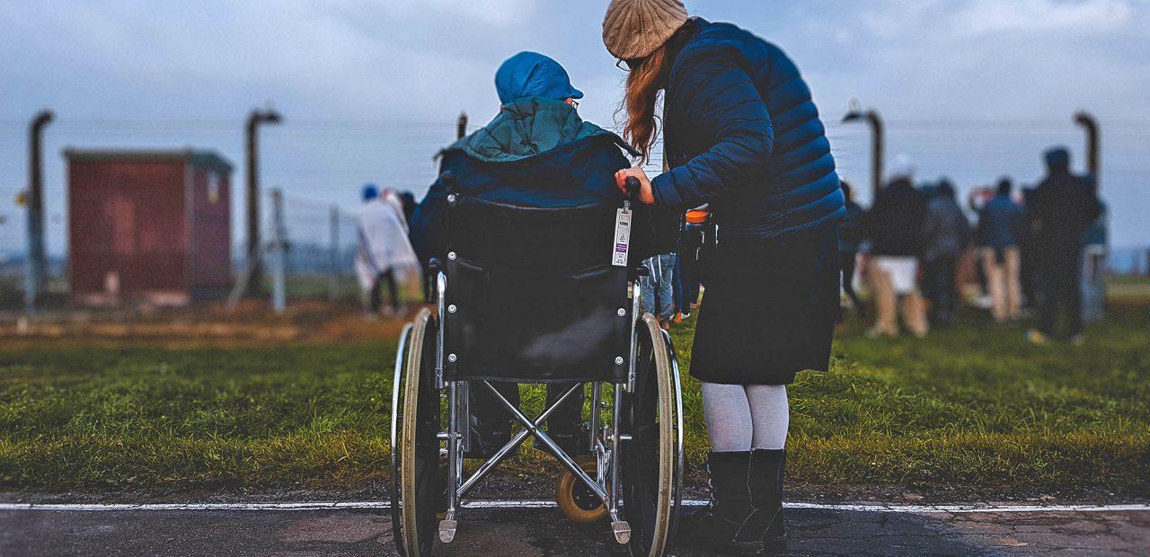 opiekun osob starszych zarobki uk