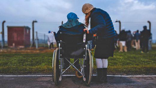 Ile zarabia opiekun osób starszych w UK?